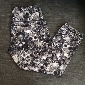 B/W floral ankle Cropped pants